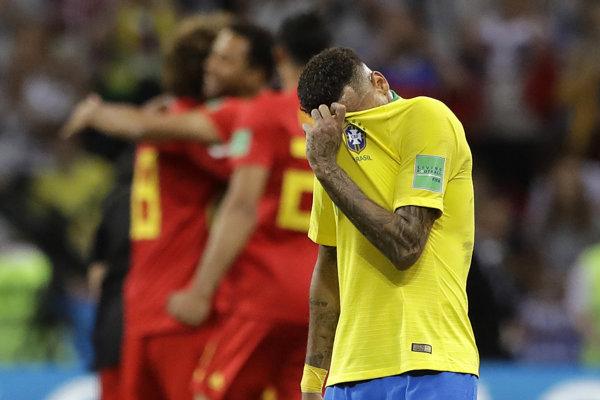 Brazílčan Neymar si schováva tvár po prehre s Belgickom.