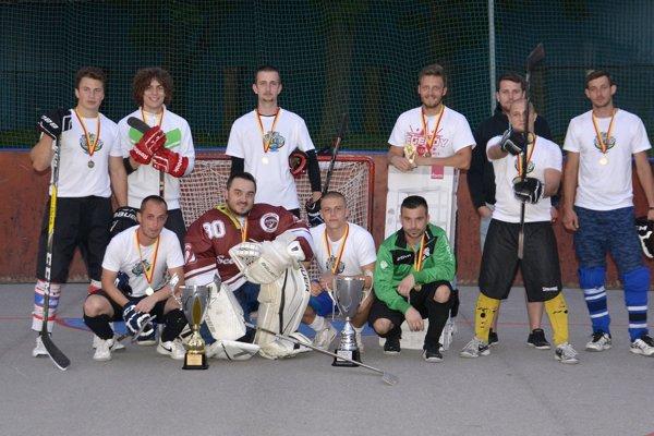 Hokejbalový tím z Považskej Bystrice Scorpions po minuloročnom treťom mieste tentoraz turnaj ovládol.