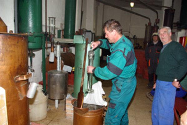 Jozef Jarušek odoberá vzorku na zistenie množstva alkoholu.