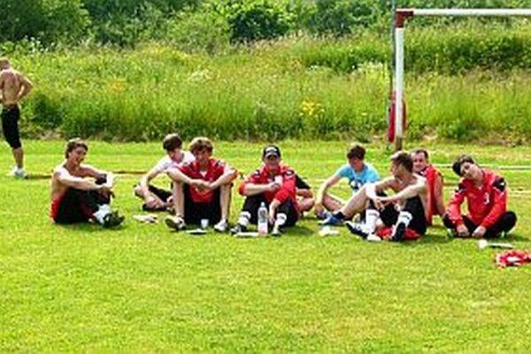 Takto relaxujú Trsťania pred  súťažou.