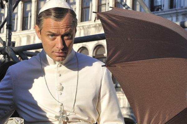 Jude Law pri nakrúcaní seriálu Mladý pápež.