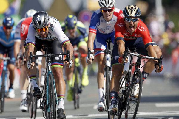 Peter Sagan (vľavo) vyhral druhú etapu na Tour de France 2018.