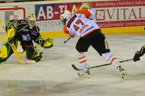 Marek Hrivík strieľa svoj prvý gól v extralige. V drese HK Orange 20 prekonal gólmana Petra Přikryla v žilinskom drese.