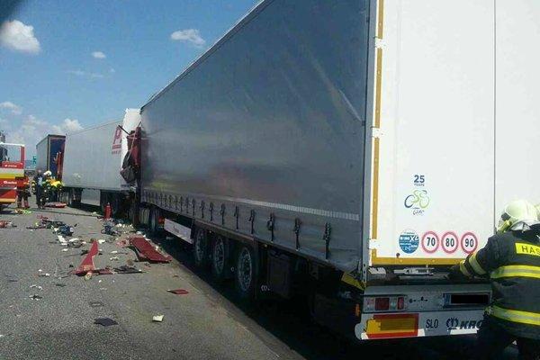 Zrážka troch kamiónov.