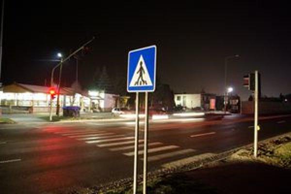Cesta je potme, svetelná signalizácia býva vypnutá a chodci majú problém