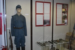 Okrem palných či sečných zbraní sa zachovali aj vtedajšie uniformy.