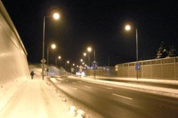Osvetlenie spustili do prevádzky cestári.