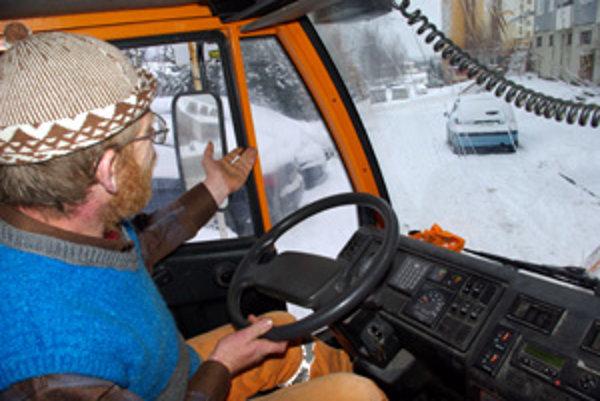 František Škorík robí zimnú údržbu už 20 rokov. Ukazuje na zle zaparkované auto, pre ktoré nemôže odhrnúť cestu.