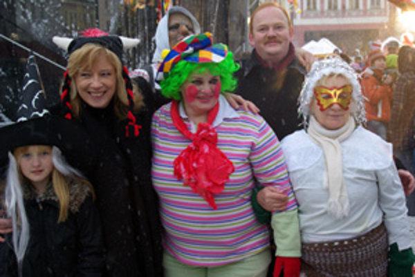 Takto pózovala Iveta Radičová s primátorom Ivanom Harmanom a s maskami.