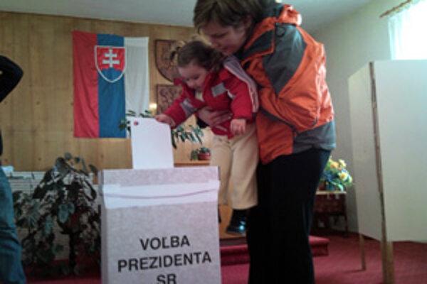 V Dolnom Hričove včera svojej matke pomáhala voliť dvojročná Andrea Škutová.