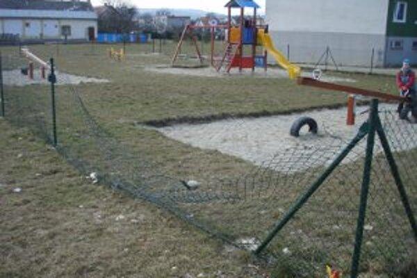 Zdevastované ihrisko. Pri Bottovej ulici vandali zvalili plot a ukradli bránku.