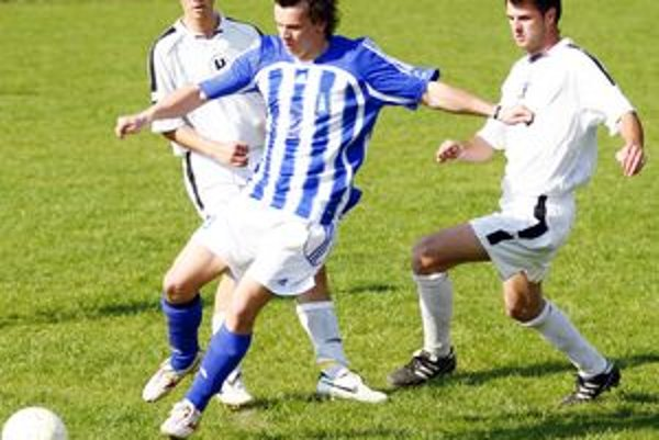 V derby 5. ligy A si Belá (v pruhovanom) a Varín delili body po remíze 1:1.