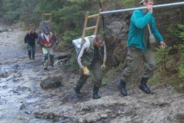 Päťdesiat dobrovoľníkov vynieslo 3,5 tony materiálu po svojich.