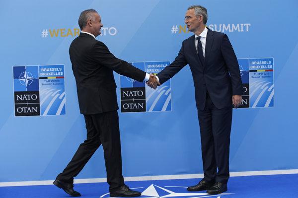 Andrej Kiska si podáva ruku s generálnym tajomníkom NATO Jensom Stoltenbergom.
