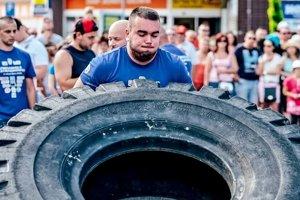 Jedna z disciplín je dvíhanie pneumatiky.