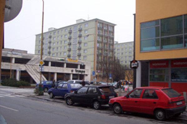 Na Bernolákovej sa obyvatelia sťažujú na nočný hluk a vysypané smetné nádoby, hlavne počas piatkovej a sobotňajšej noci.
