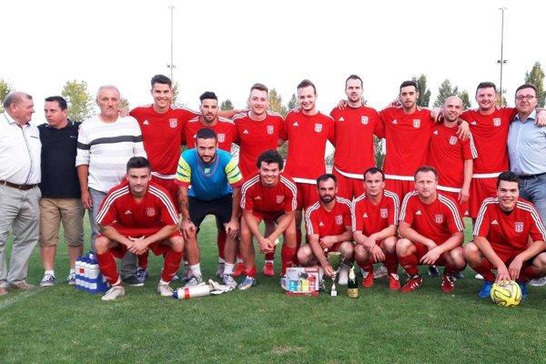 Futbalisti KFC Horná Kráľová po víťazstve na domácom turnaji.
