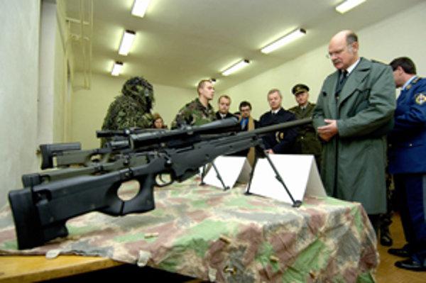 Dánsky generál Hans Jesper Helsř si so záujmom pozrel aj špeciálny výstroj a výzbroj žilinského 5. pluku špeciálneho určenia.