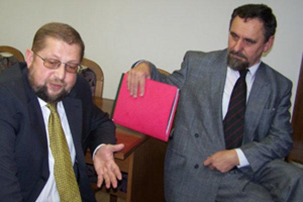 Minister Štefan Harabin (vavo) vo štvrtok vymenoval do funkcie predsedu Krajského súdu v Žiline sudcu Juraja Krupu.