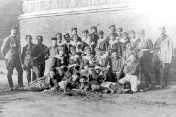 Žilinskí sokoli za budovou reálky v roku 1919.