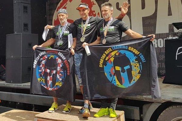 Ladislav Sventek (v strede), víťaz kategórie mužov nad 50 rokov.