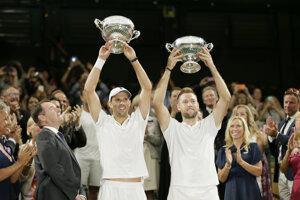 Mike Bryan (vľavo) a Jack Sock vyhral štvorhru na Wimbledone 2018.