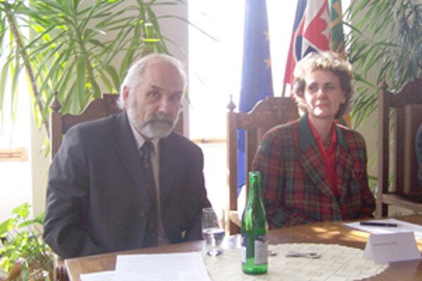 Člen medzinárodnej organizácie umeleckej fotografie Miroslav Pfliegel a Zuzana Školudová z Národného osvetového centra pri predstavovaní 29. Kongresu FIAP.