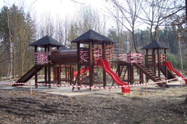 Preliezačky a šmykľavky na nedokončenom ihrisku sú zabezpečené pred vstupom detí na nebezpečné atrakcie.