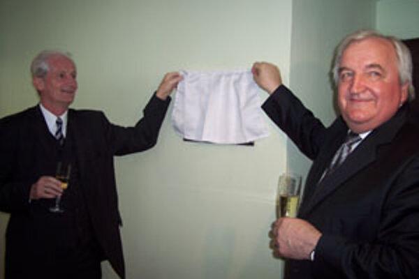 Multimediálne pracovisko v hodnote viac ako milión korún slávnostne otvorili riaditeľ Siemens PSE Udo Scheiblauer (vľavo) a rektor Žilinskej univerzity Ján Bujňák.