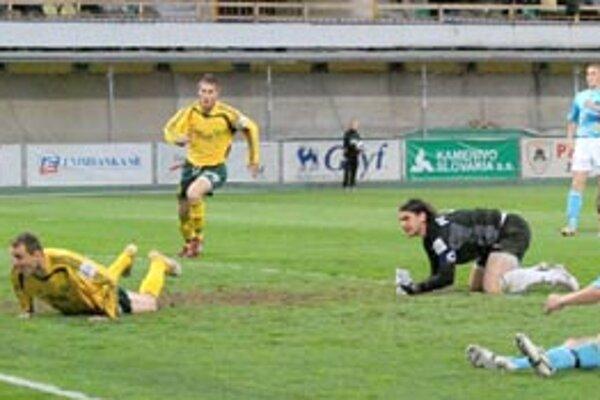 Žilinský útočník Andrej Porázik (leží vpredu) strelil v sobotu proti Nitre dva góly. Peter Štyvar (za ním) nastúpil v útoku a zaznamenal jeden presný zásah.