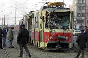 Vo štvrtok 20.februára 2003 sa v Dúbravke z konečnej samovoľne rozbehla električka č. 5. Po približne dvesto metroch sa vykoľajila a zdemolovala zastávku pri Saratove. Materiálne škody vyčíslili na 8 až 10 miliónov korún.
