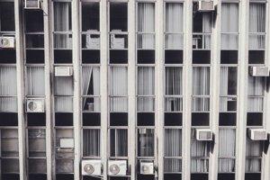 Staršie budovy bez klímy držia nahromadené teplo.