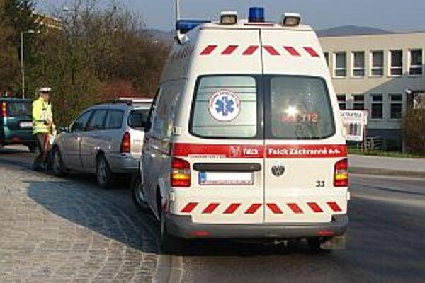 Nehoda pod Rozkvetom. Vodič skútra, ktorý nedodržal bezpečnú vzdialenosť, bol ťažko zranený.