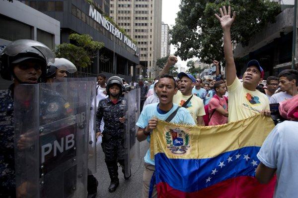 Venezuelčania protestujú proti prezidentovi Madurovi v Caracase.