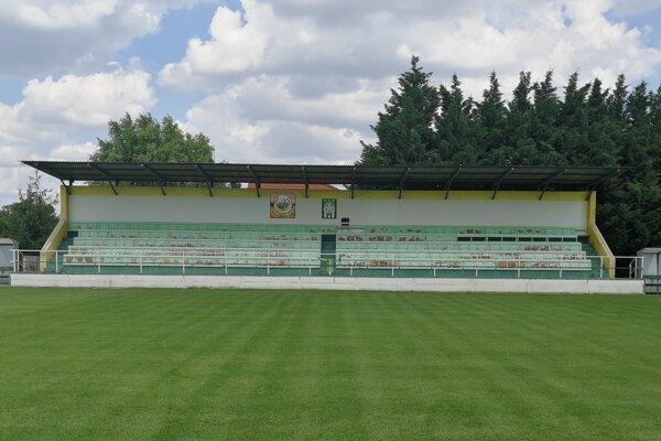 Hlavná tribúna na štadióne vo Veľkom Kýre.