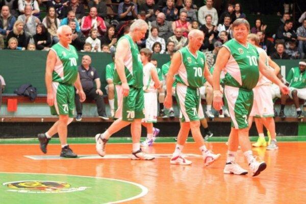 Ivan Šuba (tretí zľava) s číslom 70, ktoré symbolizuje oslavy sedemdesiatky klubu.