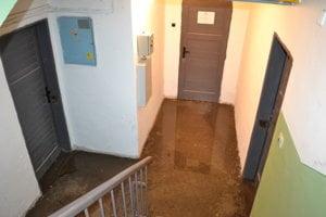 Pivnice zatopila voda a splašky.