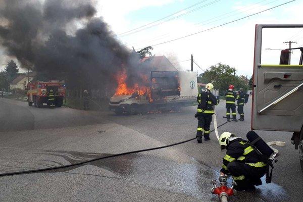 Na mieste už zasahujú hasiči.