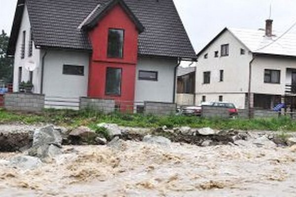 Chýbal kúsok a rodinné domy by zaplavila voda.
