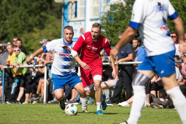 Nezbudskej Lúčke (v bielo-modrom) sa triumf na turnaji obhájiť nepodarilo. Vo finále podľahla Gbeľanom (v červenom).