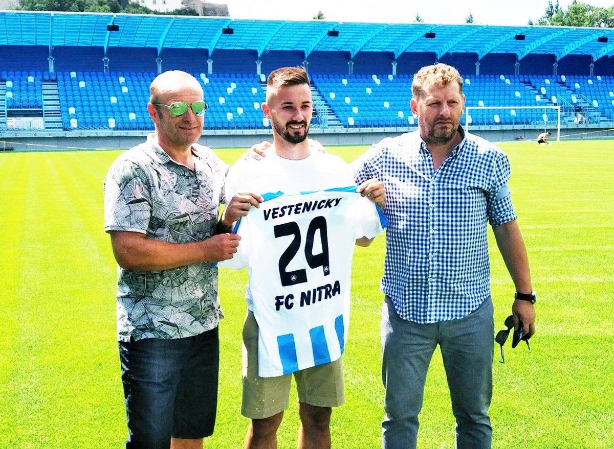 b0ae9724a9e81 Tomáš Vestenický bude naďalej obliekať dres FC Nitra. Vľavo agent Milan  Lednický, vpravo Marián