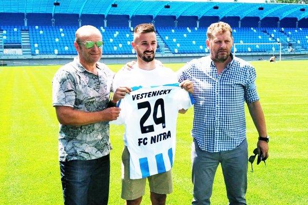 Tomáš Vestenický bude naďalej obliekať dres FC Nitra. Vľavo agent Milan Lednický, vpravo Marián Süttö, športový riaditeľ FC Nitra.