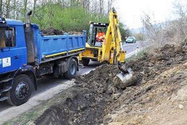 Zem naplnila desiatky nákladných automobilov.
