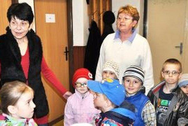 Daniela Tretinová (vľavo) odprevádza škôlkarov, ktorí na obecnom úrade nacvičovali program na Deň matiek.