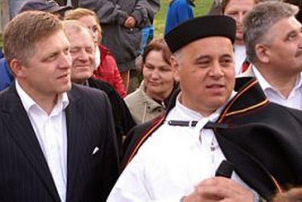 Predseda vlády pred niekoľkými rokmi prijal pozvanie starostu Matúša Mnícha (v kroji) a Zázrivú navštívil. Zúčastnil sa stavania  mája.