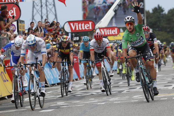 Peter Sagan (vpravo) vyhral 13. etapu na Tour de France 2018.