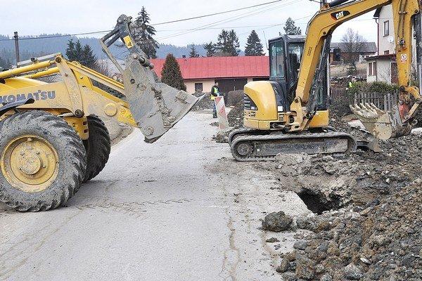 Starostov zamestnávajú cesty poškodené výstavbou kanalizácie.