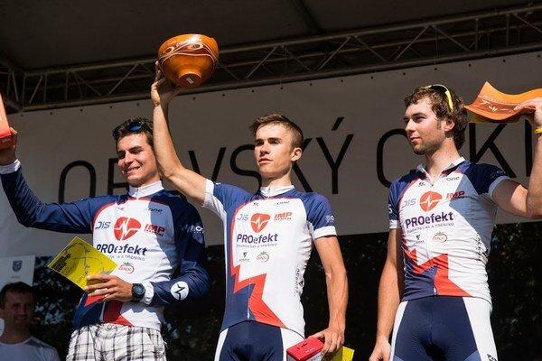 Tomáš Salák (v strede) sa dočkal na Oravskom cyklomaratóne prvého víťazstva v sezóne.