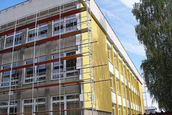 Rekonštrukcia školy, ktorá je dávno hotová, opäť zamestnáva mestský úrad.