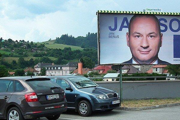 Starosta Ján Beňuš púta pozornosť nadmernou tvárou na bilbordoch.